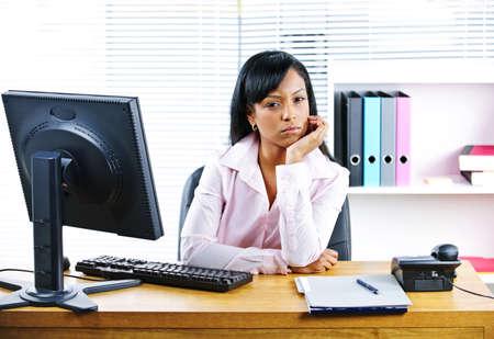 persona triste: Retrato de mujer de peque�os negocios infeliz negro en escritorio en la Oficina