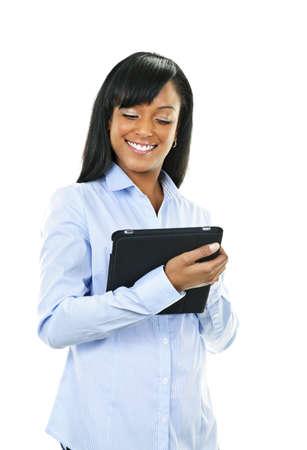 werk: Jonge lachende zwarte vrouw met behulp van tablet pc