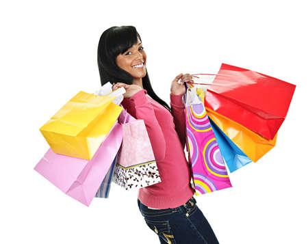 Jonge lachende zwarte vrouw met kleurrijke tassen