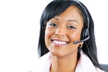 recepcionista: Sonriente a mujer de servicio y soporte de cliente negro, con auriculares