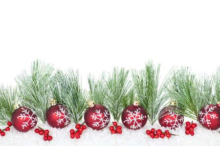 Kerstmis grens met rode ornamenten en pijnboomtakken Stockfoto