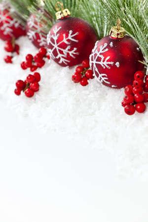 Red Christmas decorations met pijnboomtakken met kopie ruimte Stockfoto