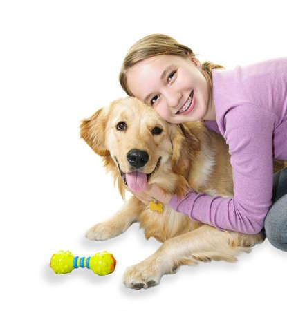 mujer perro: Adolescente abrazos golden retriever perro aislada sobre fondo blanco Foto de archivo