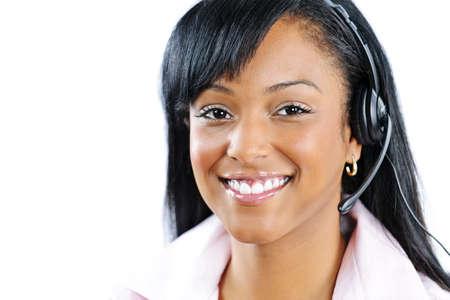 ヘッドセットを着て黒い顧客サービスとサポートの女性の笑みを浮かべてください。