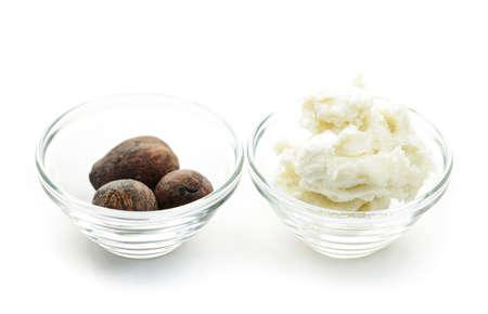 mantequilla: Manteca de karit� y nueces en cuencos de cristal aislados en blanco