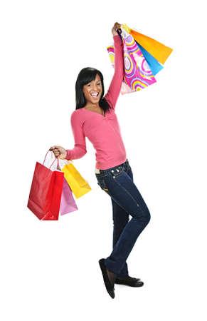 젊은 흑인 여성 쇼핑 가방을 들고 흥분된 영