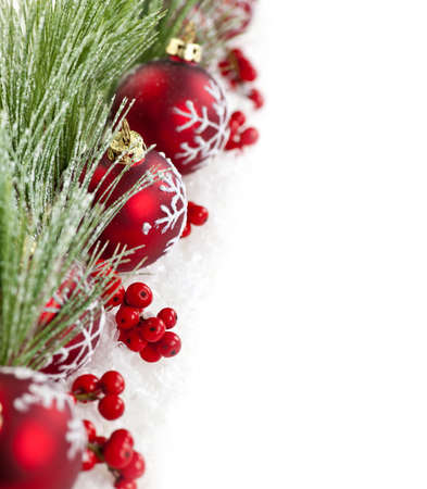 Red Christmas decorations met pijnboomtakken met kopiëren ruimte Stockfoto