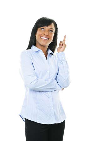 recordar: Sonriente mujer negra con idea aislada sobre fondo blanco Foto de archivo