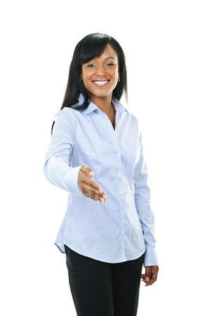 saluta: Sorridente donna nera, che offre la mano per la stretta di mano isolato su sfondo bianco Archivio Fotografico