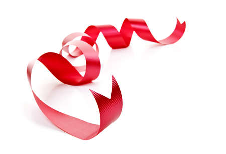 웅크 리고 빨간색 휴가 리본 스트립에 고립 된 흰색 배경 스톡 콘텐츠