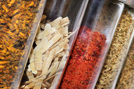 medicina tradicional china: Hierbas de la medicina tradicional China y remedios en jarras