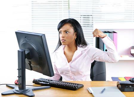 annoying: Kobieta Angry młodych biznesowych czarny wykrawania komputera w pakiecie office