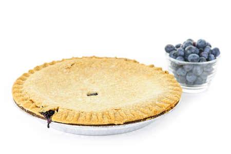 tourtes: Pie blueberry ensemble avec des bleuets sauvages fra�ches, isol�es sur fond blanc
