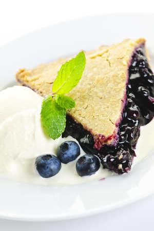 blueberry pie: Rebanada de pastel de ar�ndanos con helado de vainilla y bayas