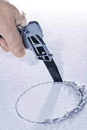 handsaw: Agujero circular de serrucho de corte en mosaico de techo