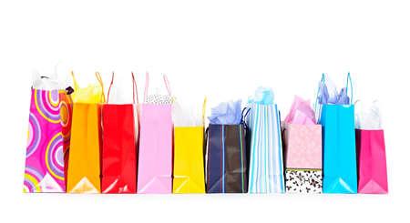 white paper bag: Fila de colorido bolsas aisladas sobre fondo blanco