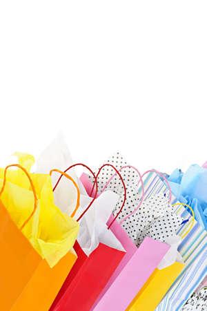 Muchas bolsas de colores sobre fondo blanco
