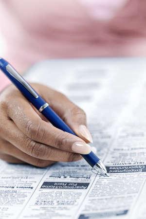 仕事: 黒い女性開き手左右旋回の新聞に広告の仕事を探してセクションに分類