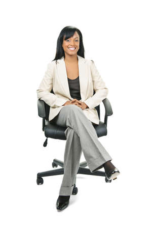 mujeres sentadas: Joven sonriente mujer negra business manager sentado en la silla de la Oficina de cuero