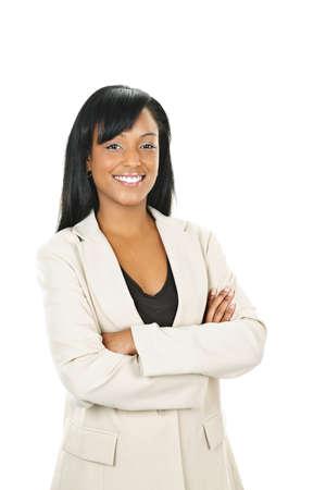 Glimlachend zwarte zakenvrouw met armen gekruist geïsoleerd op witte achtergrond