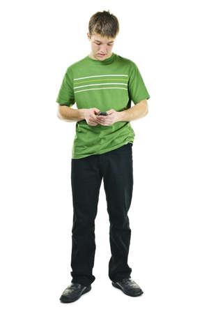 흰색 배경에 고립 된 전신 서 핸드폰에 젊은 남자 문자 메시지