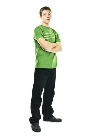 Ernstige jonge man die volledige lichaam met gekruiste armen geïsoleerd op witte achtergrond