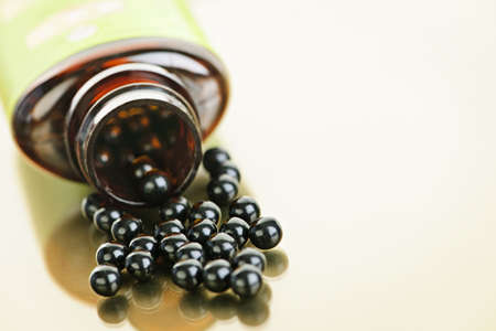 medicina tradicional china: P�ldoras de hierbas medicinales tradicionales chinas derramamiento de botella