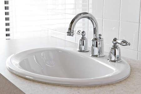 Intérieur de la salle de bain avec évier blanc et robinet