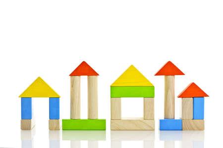 木製のおもちゃビルディング ブロックから組み立てられる建物 写真素材