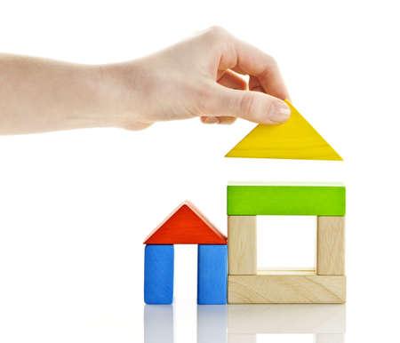 Houten blok huizen in aanbouw geïsoleerd op witte achtergrond Stockfoto - 9431777