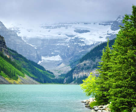 banff national park: Landscape of beautiful Lake Louise and mountains in Alberta, Canada
