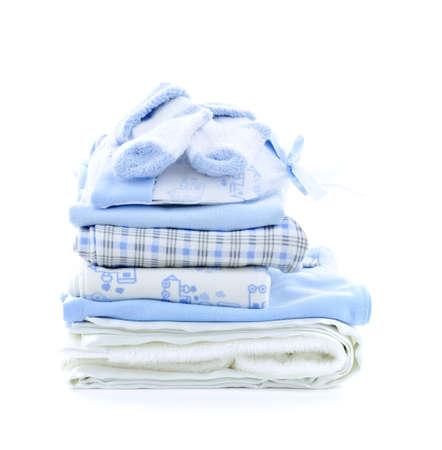 Pile de vêtements bébé bleu pour bébé douche isolé sur fond blanc