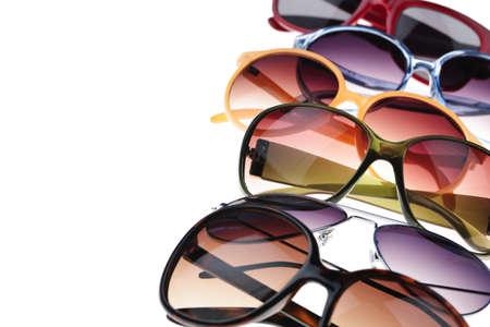 occhiali da vista: Assortiti stili di occhiali da sole colorati su sfondo bianco