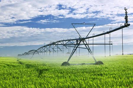 Equipo de riego industrial en el campo de la granja de Saskatchewan, Canadá