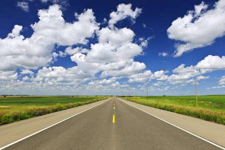 Lange Strecke des flachen Highway in Saskatchewan Prärie, Kanada