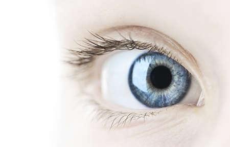 Vrouw blauw oog kijken naar de camera close up Stockfoto