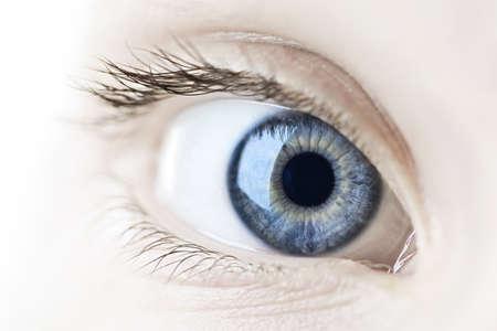 Vrouwelijke blauw oog kijken naar de camera close up
