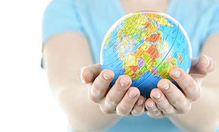 Bol van de planeet aarde gehouden in jonge vrouwelijke handen