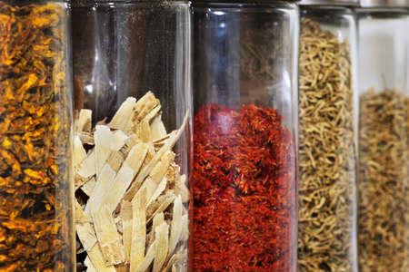 medicina tradicional china: Las hierbas medicinales chinas y las soluciones en frascos