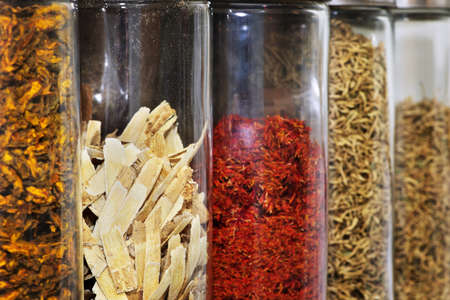 Traditional chinese medicine herbs and remedies in jars Imagens