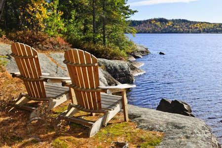 silla de madera: Sillas Adirondack a orillas del lago de dos r�os, Ontario, Canad�