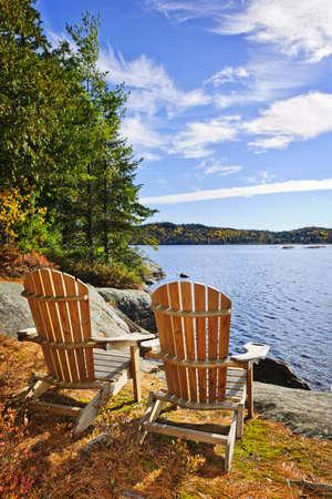 Adirondack židle na břehu jezera dvou řek, Ontario, Kanada