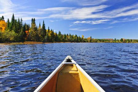 woods lake: Bow di canoa sul Lago di Two Rivers, Ontario, Canada Archivio Fotografico