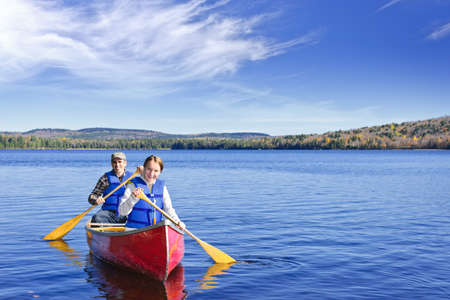 Father and daughter canoeing on Lake of Two Rivers, Ontario, Canada Banque d'images