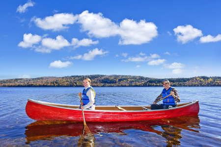 Vader en dochter kanoën op het meer van twee rivieren, Ontario, Canada Stockfoto