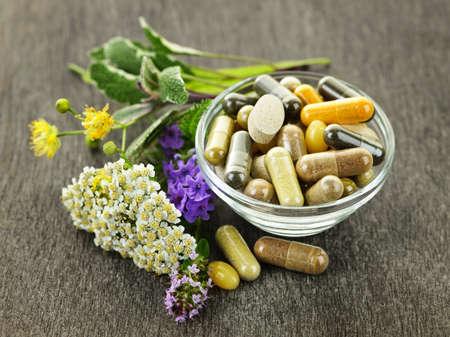 대체 의학 허브 보조제 및 환 약을 가진 허브 스톡 콘텐츠
