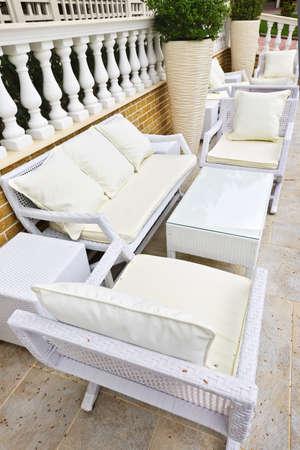 patio furniture: Patio esterno mobilia di vimini in area pavimentata con pietra naturale