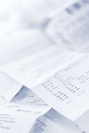 caja registradora: El papel de la caja registradora en una pila de recibos de perder cerca