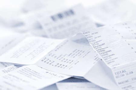 Caja registradora recibos en papel en un montón de lose close up Foto de archivo