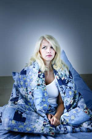 Sleepless blonde Frau im Bett mit Schlaflosigkeit Standard-Bild